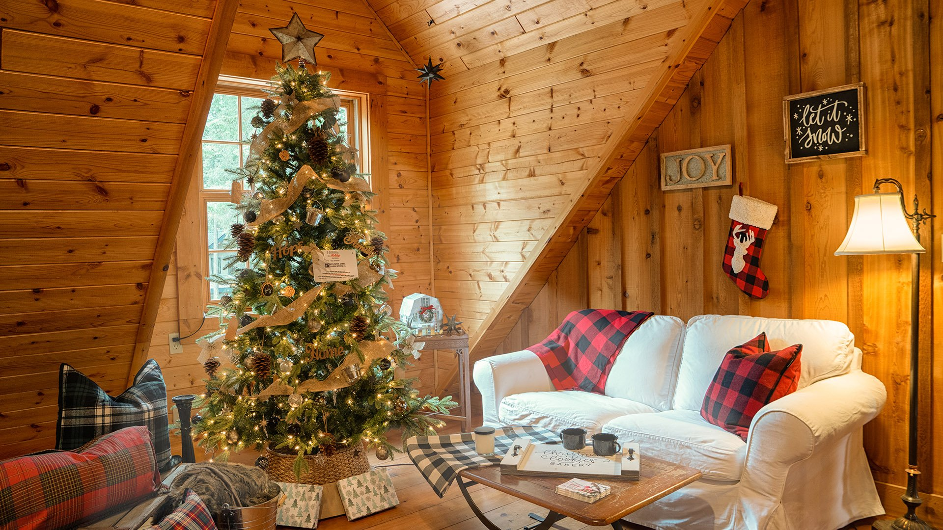 http://spatulamedia.ca/wp-content/uploads/2019/05/homes-for-the-holidays-second-floor-christmas-tree.jpg