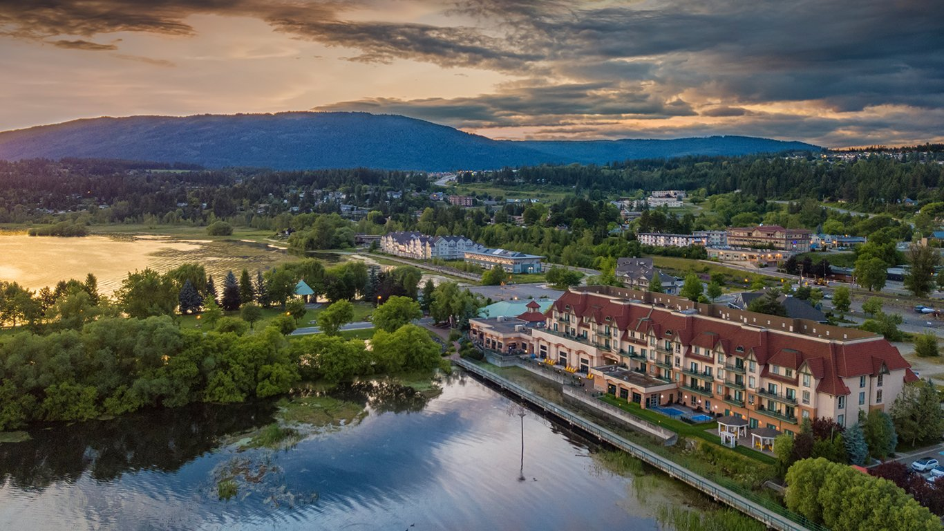 http://spatulamedia.ca/wp-content/uploads/2019/05/salmon-arm-resort-morning.jpg