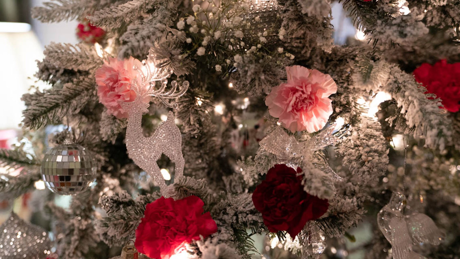 https://spatulamedia.ca/wp-content/uploads/2019/05/homes-for-the-holidays-art-deco-home-tree-detail.jpg